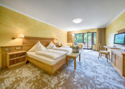 Doppelzimmer mit Komfort Ausstattung und Blick ins Grüne