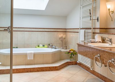 Suite mit großem Badezimmer und Badewanne